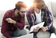 2 творческих дизайнера сети работая с таблеткой и компьтер-книжкой Стоковое Изображение