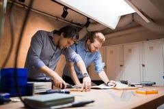 2 творческих дизайнера работая в мастерской Стоковые Фото