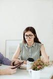 2 творческих дизайнера работая на белом офисе Стоковые Фотографии RF