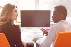 2 творческих millenial предпринимателя мелкого бизнеса работая на социальной стратегии средств массовой информации используя комп Стоковое фото RF