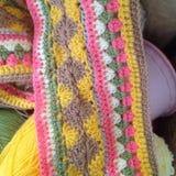 Творческое вязание крючком с живыми цветами стоковые фото
