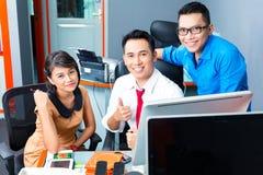 Творческое дело Азия - объединяйтесь в команду встреча в офисе Стоковые Изображения