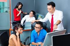 Творческое дело Азия - объединяйтесь в команду встреча в офисе Стоковая Фотография RF