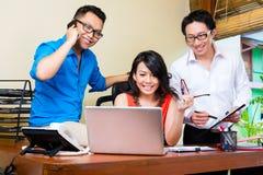 Творческое дело Азия - объединяйтесь в команду встреча в офисе стоковое фото