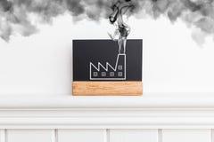 Творческое изображение стены с дымом фабрики emetting Куря концепция фабрики Плоский стиль стоковые фото