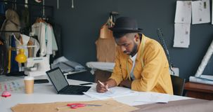 Творческое изображение чертежа портноя новых одежд смотря экран ноутбука акции видеоматериалы
