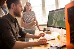 Творческое молодые люди сотрудничая на дизайне цифров Стоковые Изображения RF