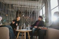 Творческое молодые люди обсуждая новый проект Стоковые Изображения RF