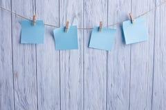 Творческое напоминание, малые листы бумаги на старой зажимке для белья сбывание Стоковые Фотографии RF