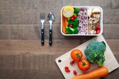 Творческое положение здоровой коробки для завтрака, испеченное острословие квартиры куриной грудки Стоковое Изображение