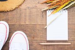 Творческое положение квартиры пустых тетради и карандаша на деревянной предпосылке, образе жизни осени Стоковое Изображение