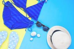 Творческое положение квартиры голубых аксессуаров бикини и женщины цвета, летних каникулов Стоковые Фотографии RF
