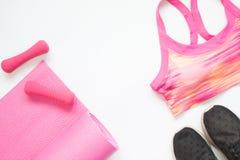 Творческое положение квартиры оборудования йоги и фитнеса в розовом собрании цвета Стоковые Фотографии RF