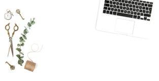 Творческое положение квартиры Minimalistic компьтер-книжки аксессуаров стола офиса Стоковое фото RF
