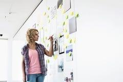 Творческое сочинительство коммерсантки на липкой бумаге в офисе Стоковая Фотография RF