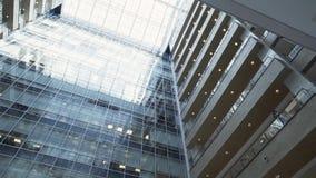 Творческое стильное urbanistic многоэтажное здание со стеклянными фасадом и балконами акции видеоматериалы