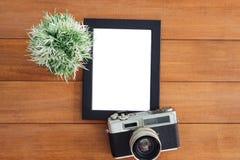 Творческое фото положения квартиры стола места для работы Деревянный стол стола офиса с старым шаблоном модель-макета камеры и пл Стоковые Изображения RF