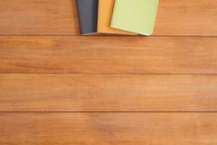 Творческое фото положения квартиры стола места для работы Предпосылка деревянного стола стола офиса с насмешкой вверх по тетрадям Стоковые Фотографии RF