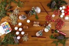 Творческое хобби Делать современную handmade коробку подарка на рождество Стоковые Изображения RF