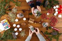 Творческое хобби Делать современную handmade коробку подарка на рождество Стоковые Фотографии RF