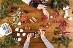 Творческое хобби Делать современную handmade коробку подарка на рождество Стоковое Изображение RF