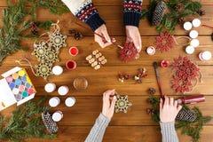 Творческое хобби Делать современную handmade коробку подарка на рождество Стоковая Фотография RF