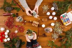 Творческое хобби Делать современную handmade коробку подарка на рождество Стоковое Фото