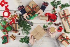 Творческое хобби Делать современную handmade коробку подарка на рождество Стоковые Фото
