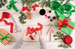 Творческое хобби Делать современную handmade коробку подарка на рождество Стоковое фото RF