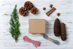 Творческое хобби Оборачивать подарка Упаковывая современные коробки подарка на рождество в стильной серой бумаге с лентой красног Стоковое фото RF