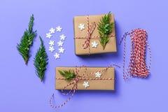 Творческое хобби Оборачивать подарка Упаковывая современные коробки подарка на рождество в стильной голубой бумаге с лентой сатин стоковое изображение rf