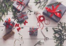 Творческое хобби Оборачивать подарок на рождество в коробке, взгляд сверху Стоковое фото RF