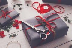 Творческое хобби Оборачивать подарок на рождество в коробке, взгляд сверху Стоковое Изображение