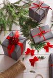 Творческое хобби Оборачивать подарок на рождество в коробке, взгляд сверху Стоковые Фотографии RF