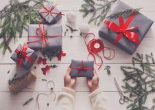 Творческое хобби Оборачивать подарок на рождество в коробке, взгляд сверху Стоковые Изображения