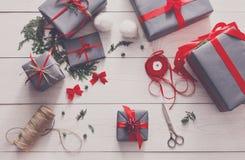 Творческое хобби Оборачивать подарок на рождество в коробке, взгляд сверху Стоковая Фотография