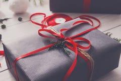 Творческое хобби Оборачивать подарок на рождество в коробке, взгляд сверху Стоковая Фотография RF
