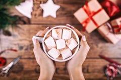 Творческое хобби Руки женщины показывают кружку какао с зефирами, игрушка и ножницы дерева праздника рождества handmade дальше Стоковые Изображения RF