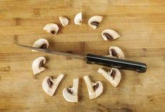 Творческое phototgraphy: куски гриба и ножа champignon как часы Стоковое фото RF