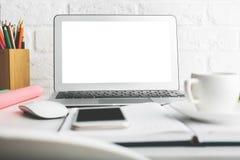 Творческое wokrplace с пустым белым экраном компьтер-книжки Стоковое Изображение RF