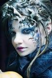 творческо составьте женщину большая яркая отливка подрезывая удлиненную сеть паука тени тайны лунного света венчика гибкостей пир стоковая фотография