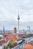 ТВ-башня и Rotes Rathaus (красный здание муниципалитет) в Берлине Стоковое фото RF
