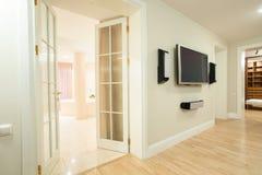 ТВ на стене внутри дома Стоковые Фотографии RF
