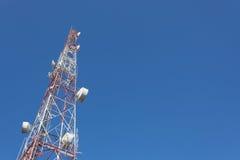 ТВ рангоута башни радиосвязи и антенна радио Стоковые Изображения