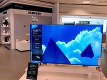 ТВ Samsung QLED показало в торговом центре стоковая фотография