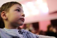 Театрализованное представление мальчика наблюдая Стоковые Изображения