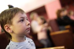 Театрализованное представление ребенка наблюдая Стоковые Фото