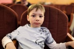 Театрализованное представление Preschooler наблюдая Стоковые Фото