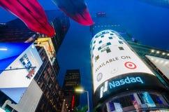 Театры Таймс площадь, Бродвей и знаки приведенные на ноче, символе Стоковые Фотографии RF