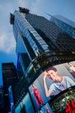 Театры Таймс площадь, Бродвей и знаки приведенные на ноче, символе Стоковая Фотография